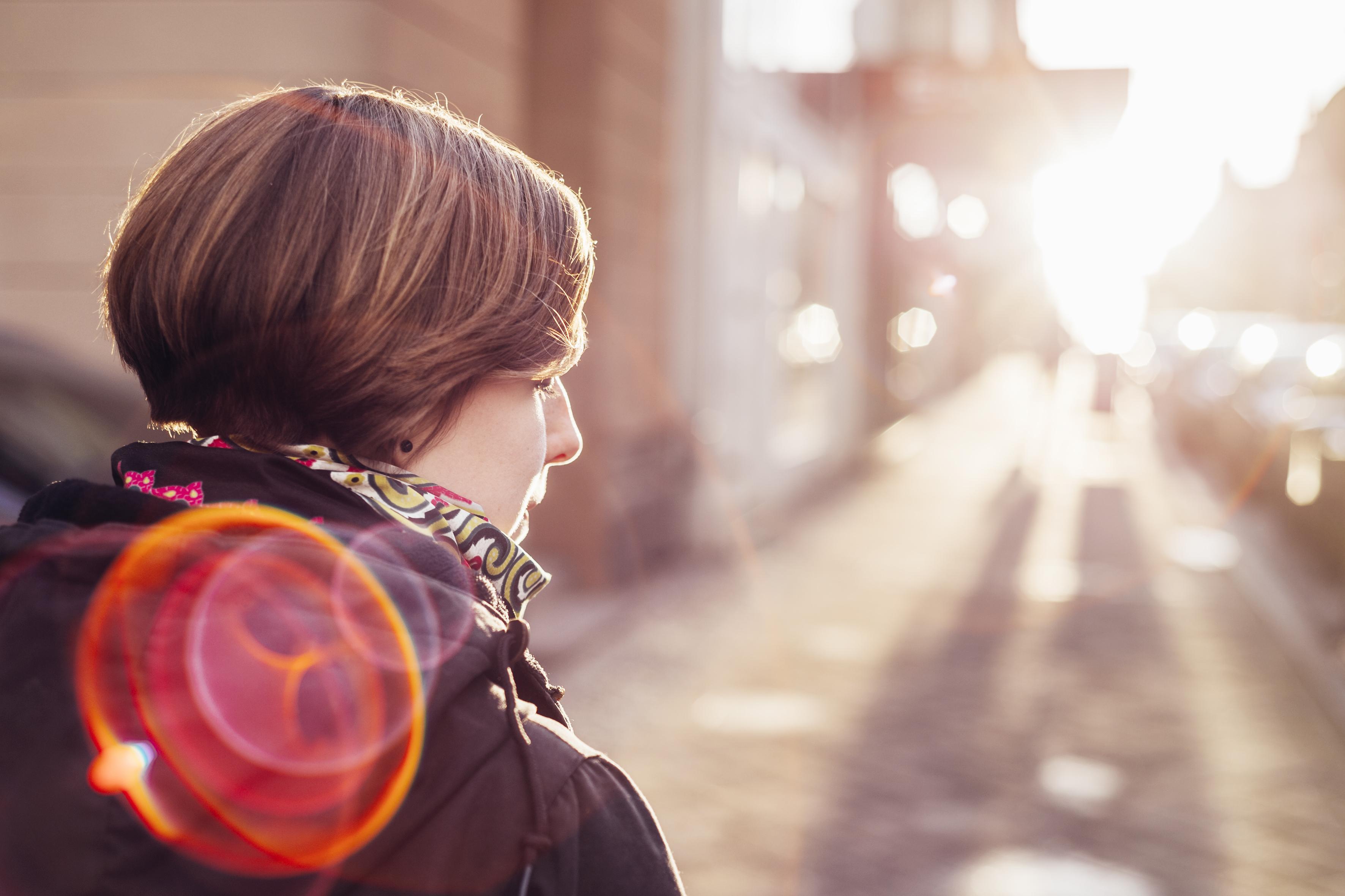 nainen katsoo aurinkoon